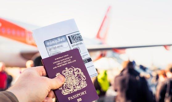 Eine Gruppe Flugreisender aus Großbritannien beim Boarding eines Flugzeuges. Symbolfoto.