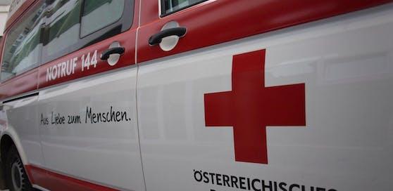 Die Frau musste mit der Rettung in die Innsbrucker Klinik gebracht werden. Symbolbild.