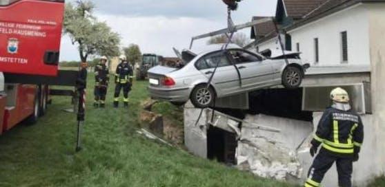 Die Feuerwehr barg den Unfallwagen.
