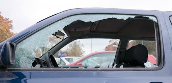 Symbolfoto einer zerschlagenen Autoscheibe.