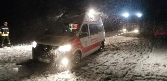 Der Rettungswagen rutschte mehrmals von der Fahrbahn.