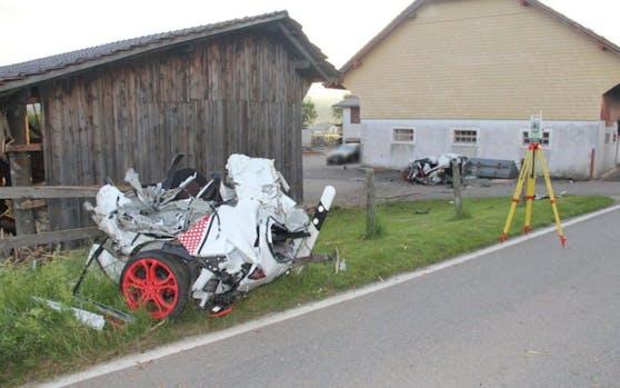 Das Auto wurde beim Aufprall in den Metallpfosten einer Scheunenecke in zwei Teile gerissen. Der Fahrer kam beim Selbstunfall ums Leben.