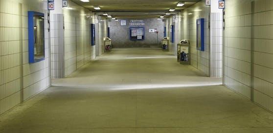 Der Bursch wurde in einer Bahnhofsunterführung angegriffen. (Symbolfoto)