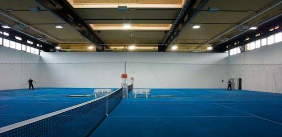 Die Dachkonstruktion in der Tennis- und Fußballhalle in Pichling ist beschädigt. Aber nicht so stark, dass sie gesperrt bleiben muss.