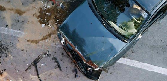 (Symbolbild) Schwerer Verkehrsunfall im Bezirk Spittal, ein 21-jähriger Autolenker verstarb noch an der Unfallstelle