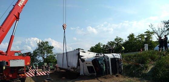 Der LKW stürzte die Böschung hinunter. Die Einsatzkräfte eilten sofort zu Hilfe.