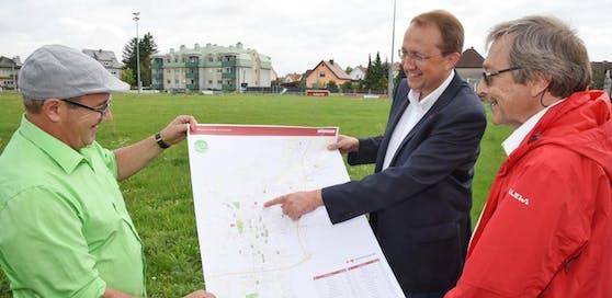 Stadtgärtnermeister Robert Wotapek, Stadler und Stadtbaudirektor Kurt Rameis am Sturm 19-Platz.