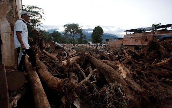 Ein Bewohner Mocoas begutachtet die Zerstörungen nach der Schlammlawine vom Wochenende.