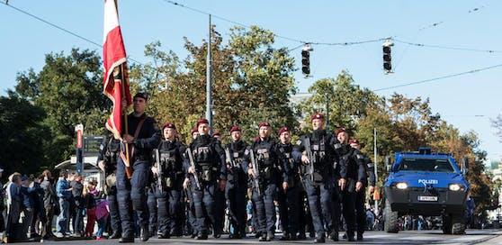 Bewaffnete Angehörigen der Polizei Sondereinheit Wega mit gepanzerten Polizeifahrzeug während einer Parade an der Ringstrasse in Wien, fotografiert am 21. September 2019. Die Wiener Polizei feiert 150 jähriges bestehen.