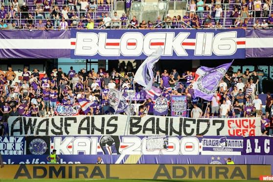 Austria-Fans protestieren gegen die UEFA.