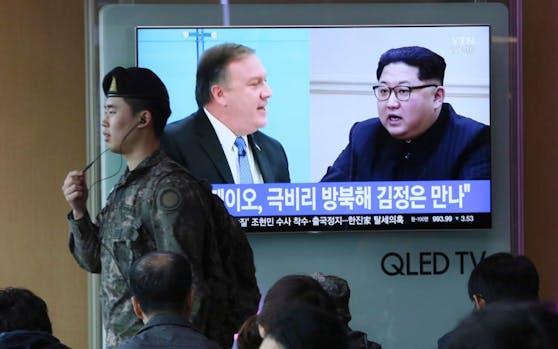 Ein südkoreanischer Soldat vor einem Fernseher, der CIA Director Mike Pompeo (l.) und Nordkoreas Diktator Kim Jong-un während eines Nachrichtenbeitrages zeigt.