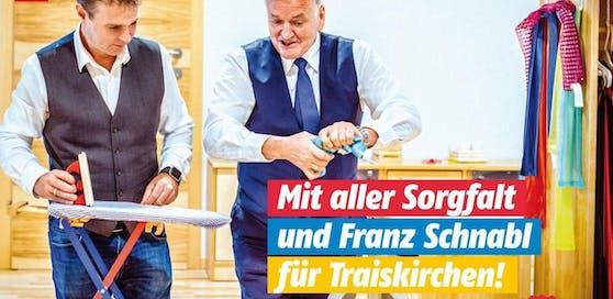 Andi Babler lauscht den Anweisungen von SPNÖ-Spitzenkandidaten Franz Schnabl.