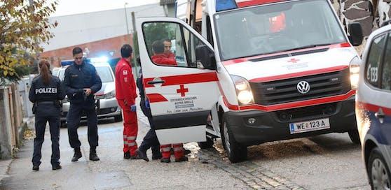 Polizei- und Rettungseinsatz nach Messerattacke (Symbolbild).