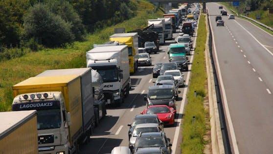Kilometerlanger Stau nach Crash auf Autobahn (Symbolfoto)