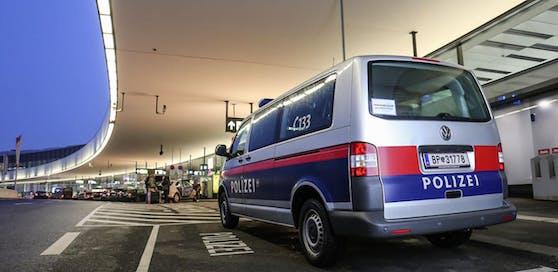 Die ersten Flüchtlinge sind am Flughafen Wien-Schwechat gelandet.