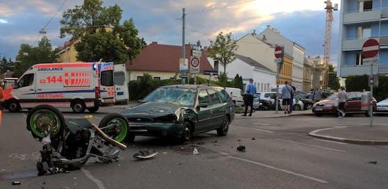Crash in Floridsdorf: Motorrad-Lenker (50) wurde schwer verletzt.