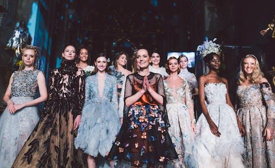 Ein Foto aus Zeiten, als nicht nur große Hochzeiten, sondern auch Fashion Shows erlaubt waren: Eva Poleschinski verwandelte vergangenen Sommer die Stadtkirche von Hartberg bereits zum zweiten Mal in ein Traumland aus Haute Couture.