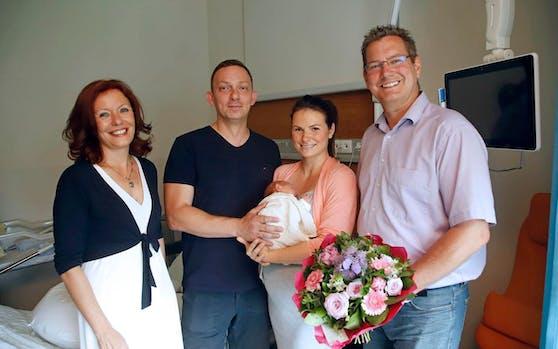 KAV-Chefin Evelyn Kölldorfer-Leitgeb (l.) und Floridsdorfs Bezirkschef Georg Papai gratulierten den frisch gebackenen Eltern Dominique und Emir. (Foto: KAV/Martin Votava)