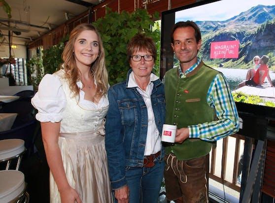 Annemarie Moser (m.) mit den Wagrain-Touristikern Katrin Holzer u. Roland Wiesbacher.