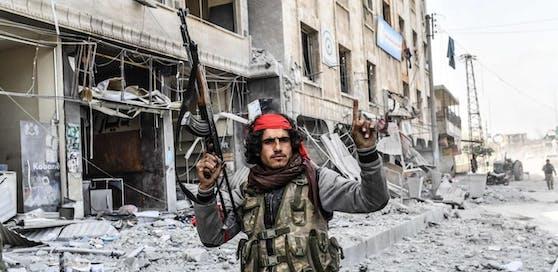 Ein syrischer Kämpfer auf Seiten der Türkei: So wie viele von ihnen erhob er nach der Eroberung Afrins den Zeigefinger ? die Erkennungsgeste der Dschihadisten des IS.
