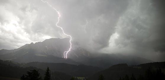 Der Mann wurde am Berg vom Gewitter überrascht.