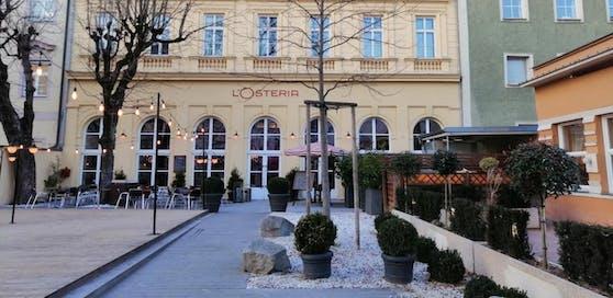 Eine Angestellte der Linzer L'Ostria wurde von einem maskierten Mann mit Messer um die Tageslosung beraubt.