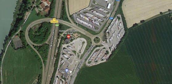 An der Raststation in St. Marienkirchen (Bez. Schärding) erfasste ein Autofahrer einen Lkw-Lenker, der zu Fuß die Straße überqueren wollte.