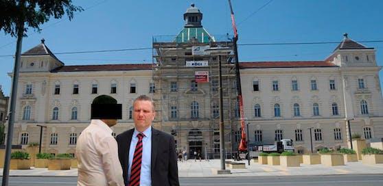 Der angeklagte Trainer (li.) mit seinem Anwalt Arbacher-Stöger in St. Pölten.