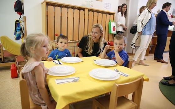 Familienministerin Juliane Bogner-Strauß besucht einen Kindergarten.