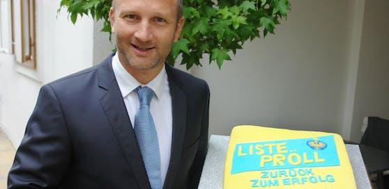 """Tobias Monte möchte Erwin Pröll eine Torte mit der Aufschrift """"Liste Pröll - Zurück zum Erfolg"""" schenken."""