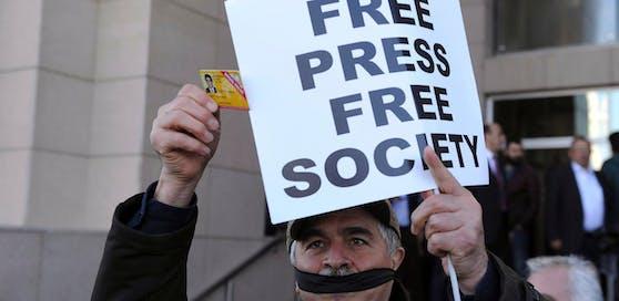 Ein türkischer Journalist zeigt seinen Presseausweis bei einem Protest für Pressefreiheit vor dem Gerichtshof in Istanbul im April 2016.