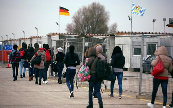 Eritrean migrants walk after arriving by plane from Italy at the first registration camp in Erding near Munich, Germany, November 15, 2016.  REUTERS/Michael Dalder - D1BEUMZGAGAB