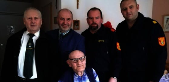 Jede Menge Besuch bekam der 93-jährige Johann Reischer von seinen Feuerwehrkameraden.