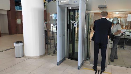 Armin Wolf bei der Sicherheitskontrolle vor Gericht.