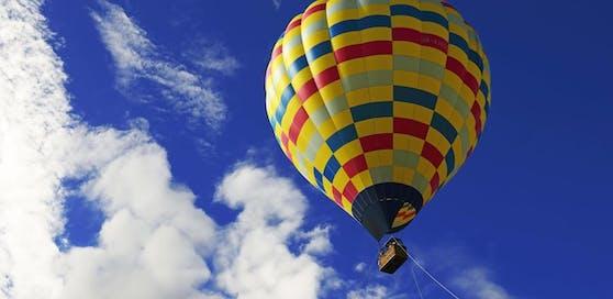 Ein Heißluftballon mit sechs Insassen ist abgestürzt.
