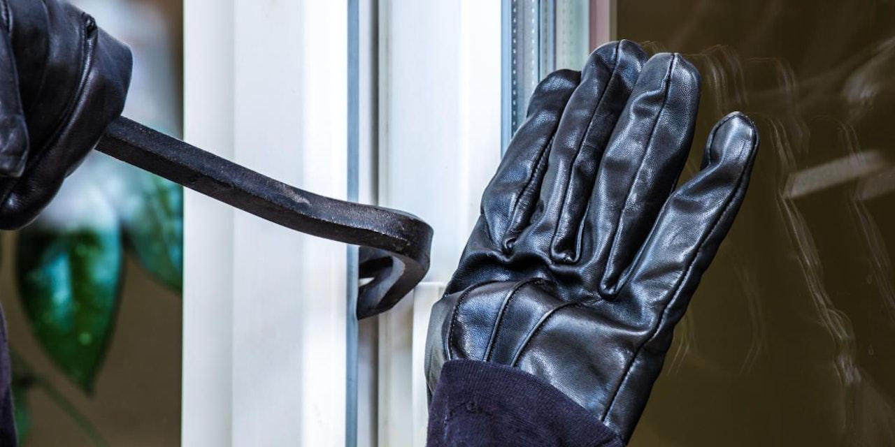 Einbrecher klopfte an Haustür – Handschellen klickten