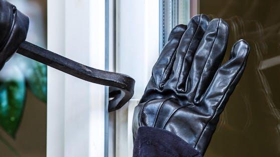 Der 37-Jährige war in der Nacht auf Samstag in ein Wohnhaus in Wien-Meidling eingebrochen, während die Bewohnerin schlief (Symbolbild)