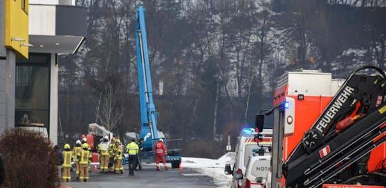 Die Einsatzkräfte am Ort des Stromunfalls.