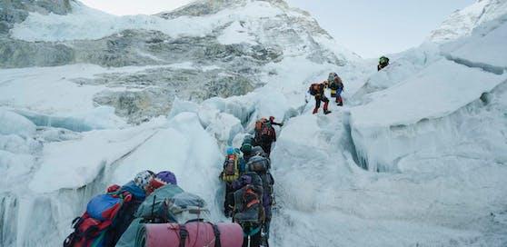 Immer wieder versuchen Touristen den Mount Everest zu erklimmen.