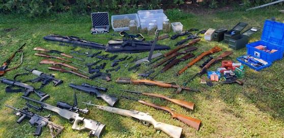 Bei dem Drogenbaron wurde ein Arsenal von 49 großteils illegalen Schusswaffen sichergestellt.