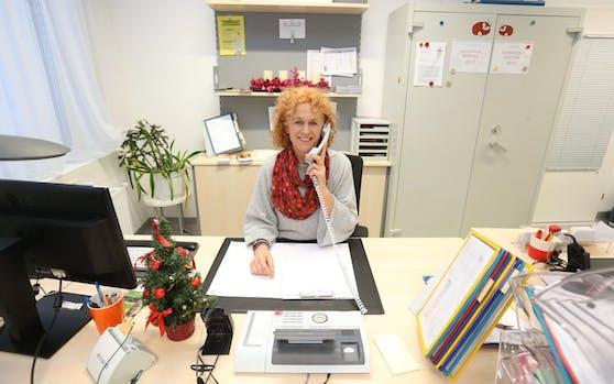 Die diplomierte Krankenpflegerin Elisabeth Plank (52) kümmert sich auch zu Weihnachten um die Anliegen der Anrufer.