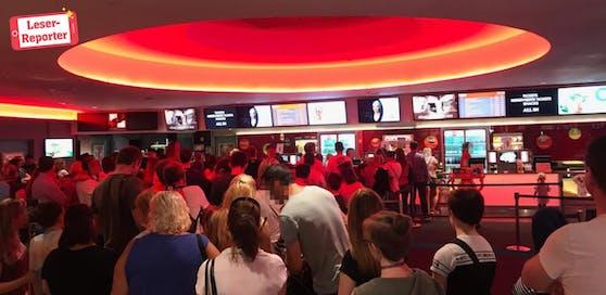 Am Sonntag mussten Besucher der SCS Kinowelt viel Geduld haben.