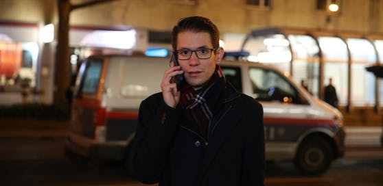 """Heute""-Reporter Clemens Oistric am Tatort der blutigen Messerattacke."