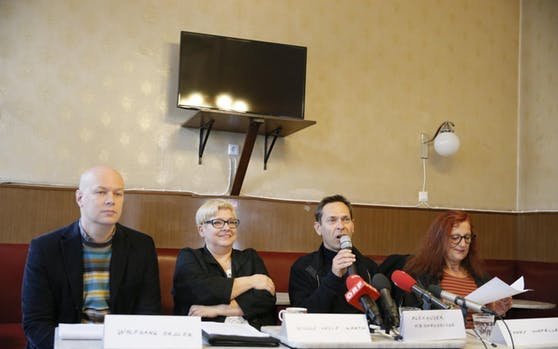 """Die grüne """"Initiative Urabstimmung"""" ruft die Gemeinderäte auf, gegen das Projekt zu stimmen. Von links: Wolfgang Orgler, Nicole Delle Karth, Alexander Hirschenhauser und Conny Schmeller."""