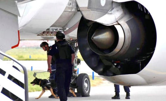 Polizisten durchsuchten das Flugzeug und das Gepäck.