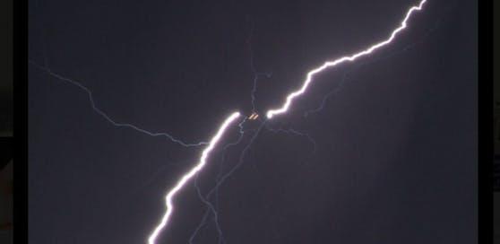 Ein Kleinflugzeug mit vier Österreichern an Bord wurde von einem Blitz getroffen. (Symbolfoto)