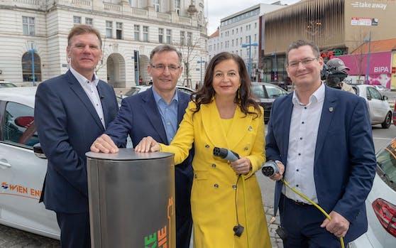Die erste Stromstankstelle in Floridsdorf: Stadträtin Ulli Sima, Bezirkschef Papai, Wien Energie-Geschäftsführer Strebl.