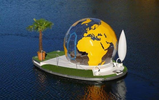 """Ab sofort sofort laden Inselboote mit Erdkugel auf der Alten Donau zur """"Weltreise""""."""
