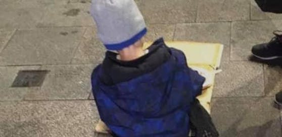 Eine Hilfsorganisation für Obdachlose in Dublin postete das Foto eines fünfjährigen Buben, der auf der Straße isst.