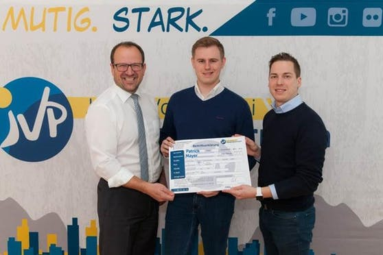 Patrick Mayer (Mitte) mit JVP-NÖ-Chef Bernhard Heinreichsberger (re.) und VP-Landesgeschäftsführer Bernhard Ebner